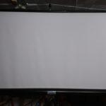 écran de projection sur trépied, facile d'utilisation.