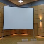 écran sur cadre autoportant d'une largeur de 4 mètres et d'une hauteur de 3 m 20.