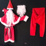 Ce costume contient 5 pièces : unpantalon, une veste, une ceinture, la barbe et le bonnet.