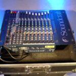 Ce modèle compact comprend 8 entrées mono, 2 entrées stéréo, 2 groupes et 3 départs auxiliaires plus la section d'effets Lexicon. En très bon état, cette table de mixage avec effets Soundcraft MFXi 8/2 est fournis dans un flight case dans les dimensions suivantes: 383mm (L), 94mm (H), 405 mm (P) Son poids est de 5 kg. Le prix de la location de cette table de mixage avec effets Soundcraft MFXi 8/2 est de 20 € pour 48h.