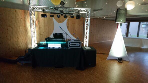 Nous proposons un kit complet : 1 caisson de basse 2000 W, 2 haut parleur 1500 W + 2 pieds, 1 table de mixage avec lecteur CD, USB + 1 micro sans fils et le câblage compris.