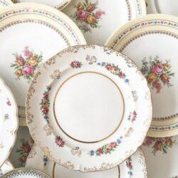 Vaisselle dépareillée vintage pour vos tables de fête. En location.